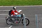 Vettel llega al Circuit de Catalunya con una moto clásica