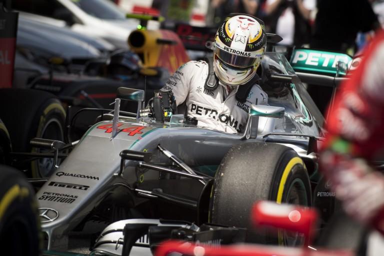 A Mercedes dörzsöli a tenyerét: holnap nagy csata lehet Hamilton és Rosberg között!
