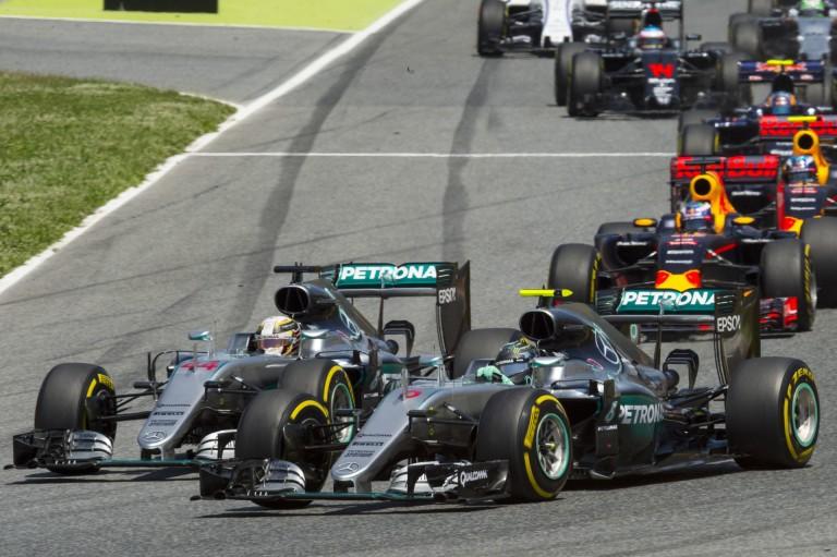 Ezek után nem csoda, hogy Hamilton belerohant Rosbergbe: 160 lóerő tűnt el hirtelen