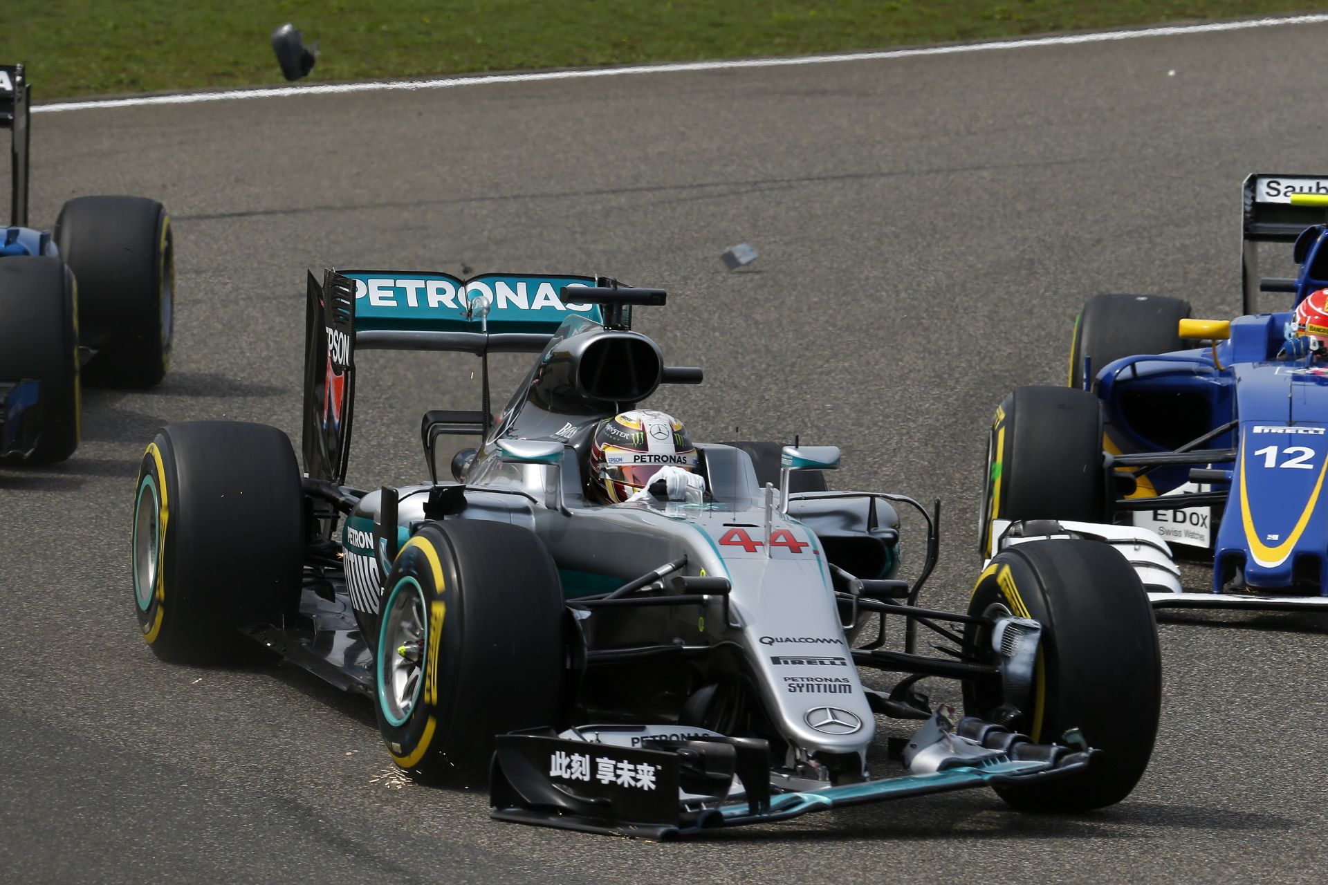 Hamilton szemlélteti, mennyire strapabíró a W05 első szárnya: rááll, és simán bírja