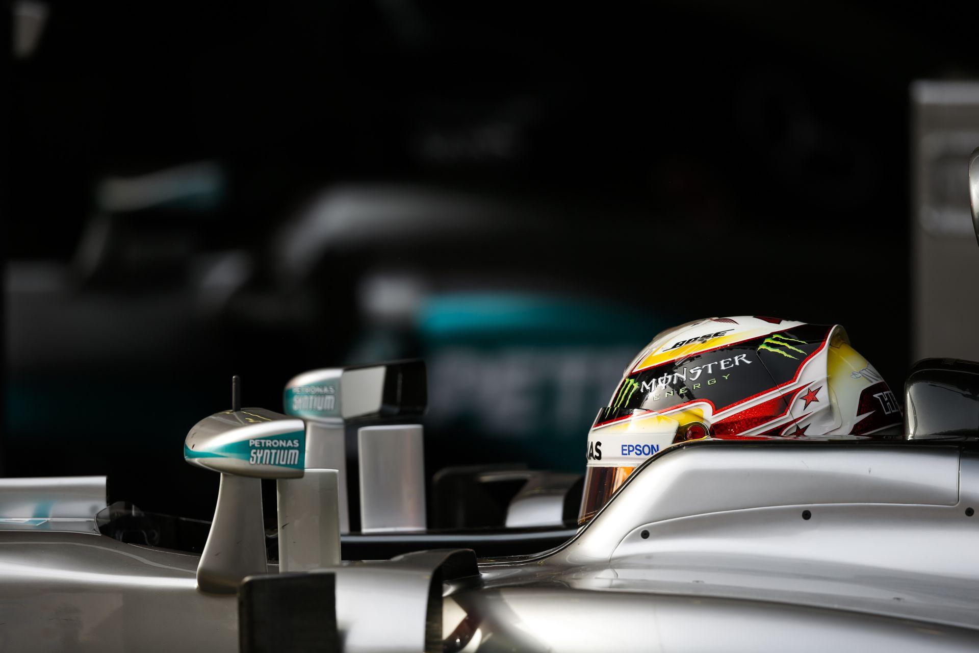 Rengetegen szívják Hamilton vérét, pedig ő az F1 médiaarca: irány Amerika!