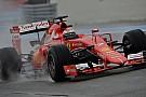 Videón, ahogy Raikkönen elhúz a Ferrarival a kamu esőben