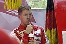 Vettel mindent megtesz, hogy nevetésre bírja Hamiltont és Rosberget... Hiába!