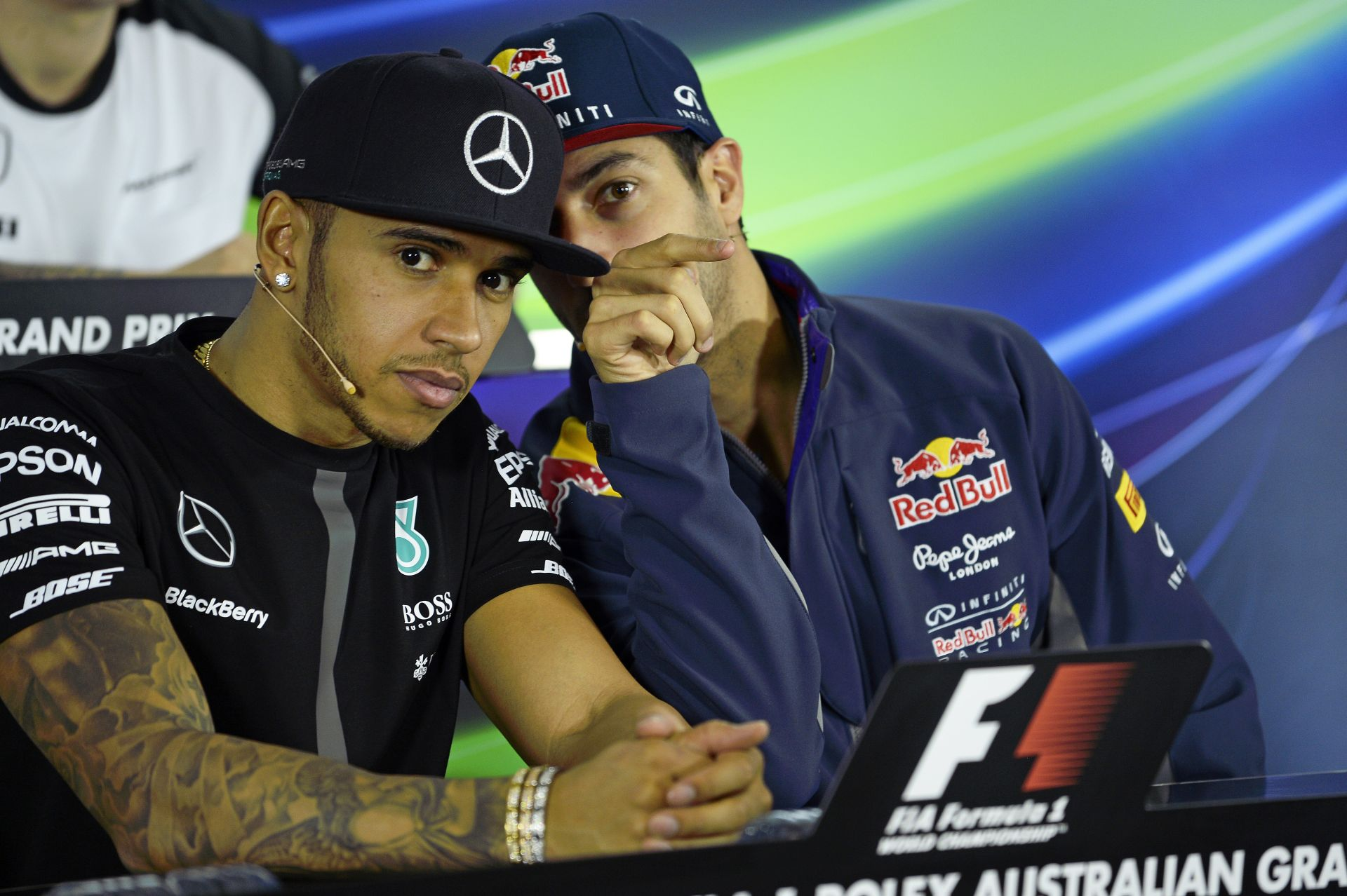 """Hamilton: """"Milyen érdekes, nem nyer a Red Bull, és rögtön menni akarnak…"""""""