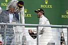 Rosberg csak játszott Hamiltonnal, amikor visszadobta a sapkát!