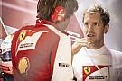 Vettel-és Ferrari-győzelem a szingapúri időmérőn a Red Bull előtt: Raikkönen lett a harmadik, összecsuklott a Mercedes