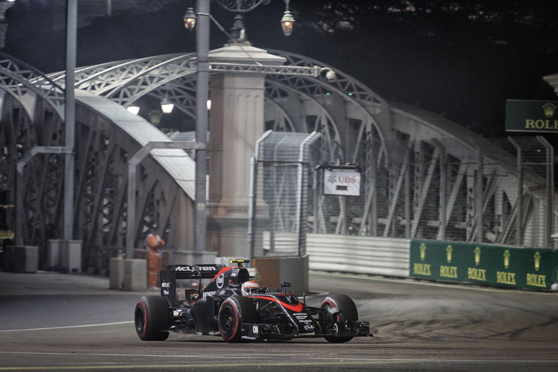Körözgetés Butonnal és a McLaren-Hondával Szingapúrban: kicsit szenvedős