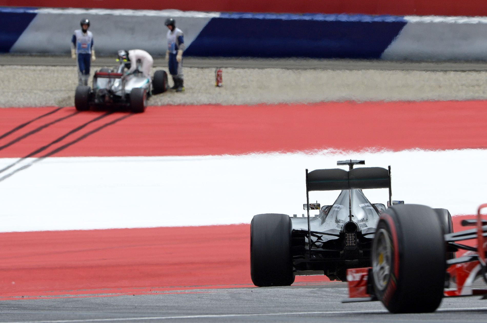 Tesztelni kéne a Pirelli extralágy abroncsát, de a csapatok nem tudnak megegyezni