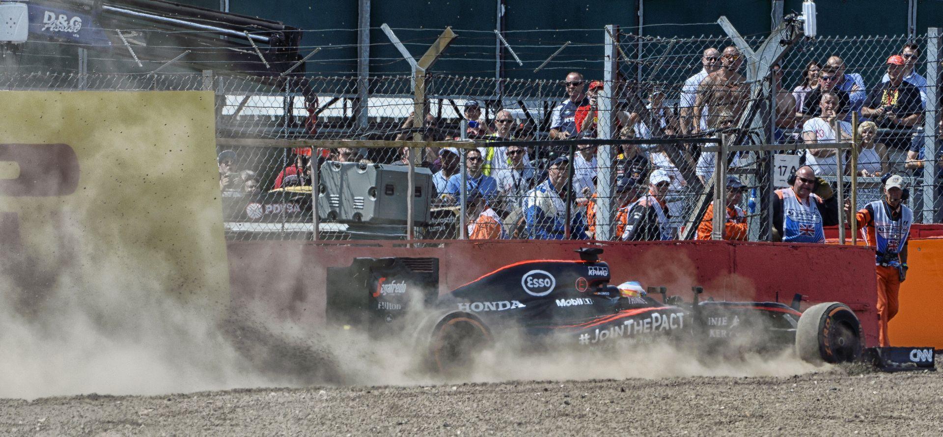 Képeken Alonso és Grosjean terepezése Silverstone-ból: Nem erre tervezték az F1-es autókat!
