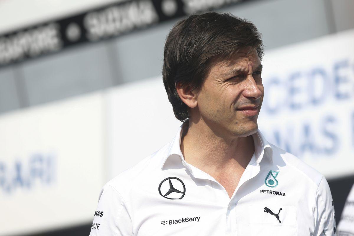 32 millió lenne a harmadik autó a Mercedesnek: nem éri meg, tehetős versenyzővel sem