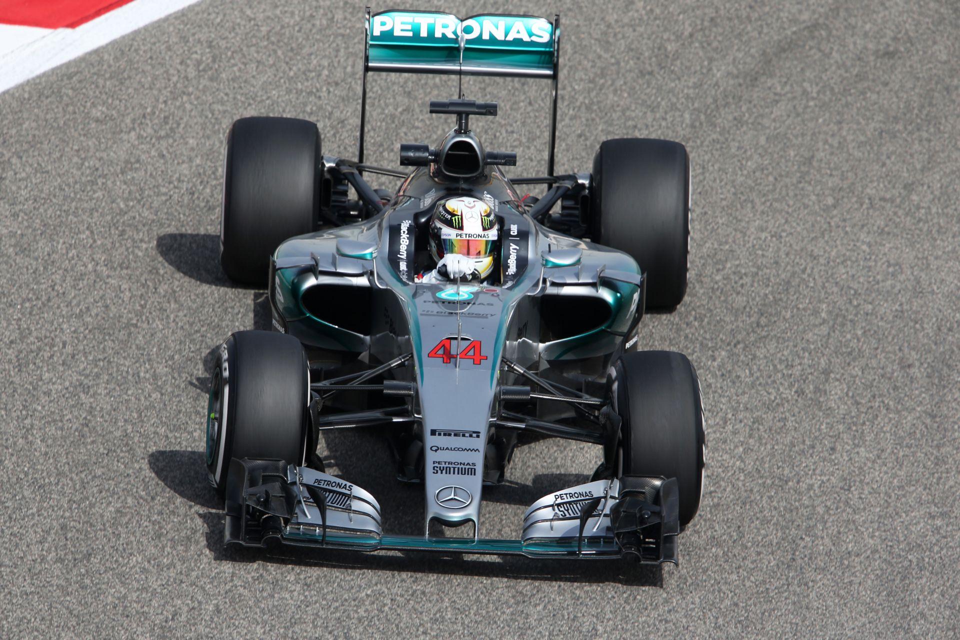 Hamilton nyerte a harmadik edzést Bahreinben, de nagyon tapad a Ferrari! Vettel hátránya minimális, gyorsult a McLaren