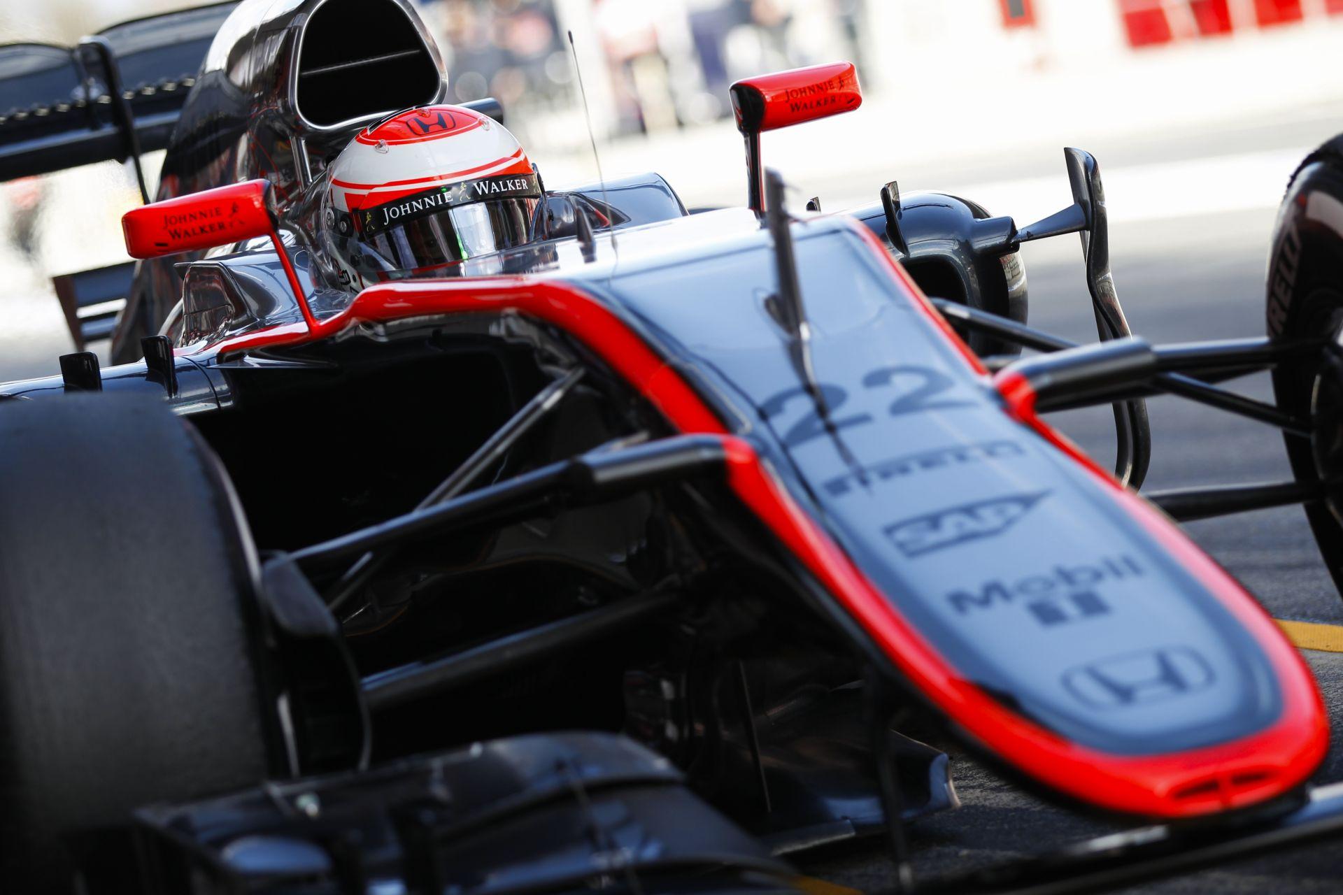 Kigurul a bokszból a McLaren-Honda: Messziről hallani, hogy az MP4-30 az