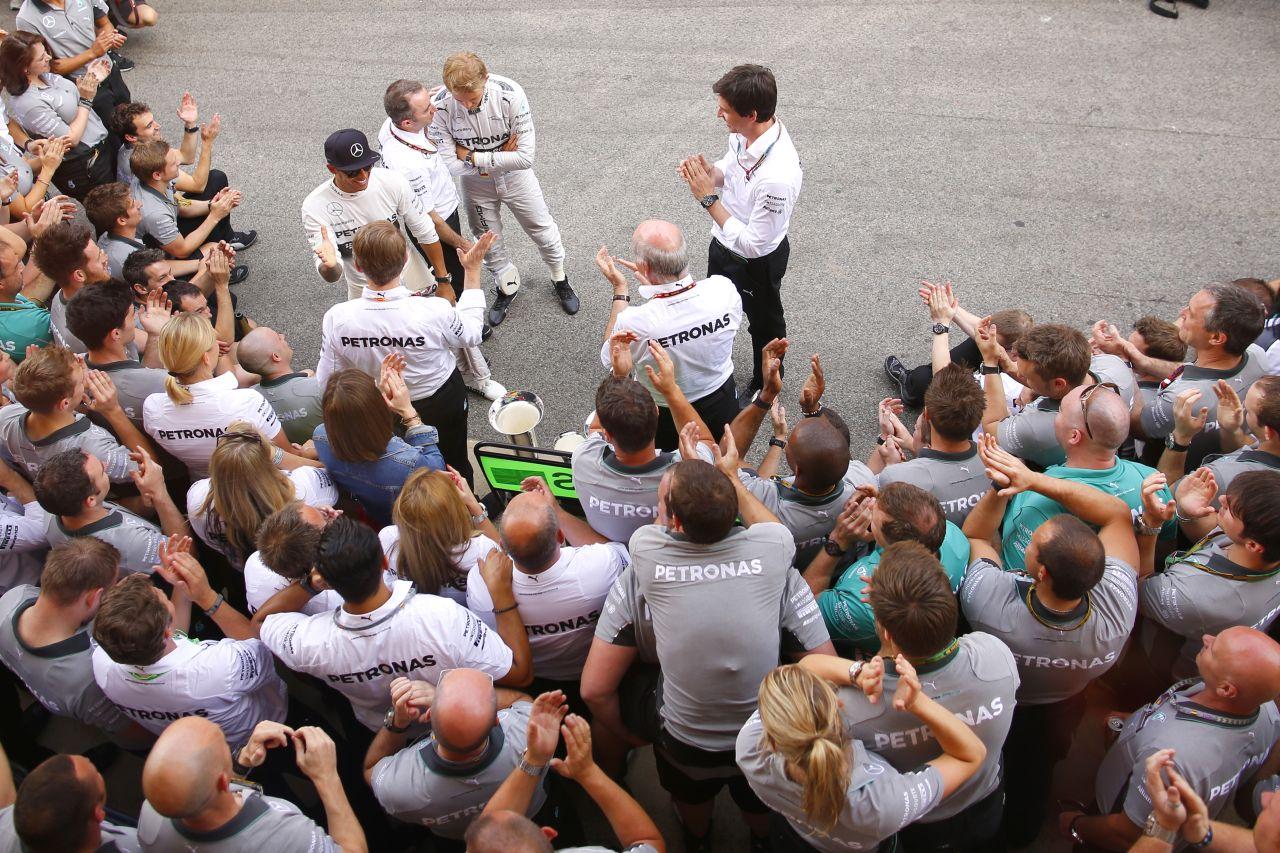 Hamilton már csak ilyen, így szeretik a Mercedesnél: a szavak durvábbnak tűnnek a rádióban