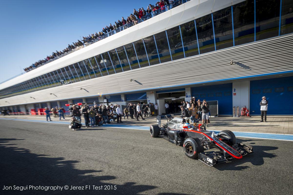 Alonso a pályán, Vettel pirosban: képek az 1. tesztnap első óráiról