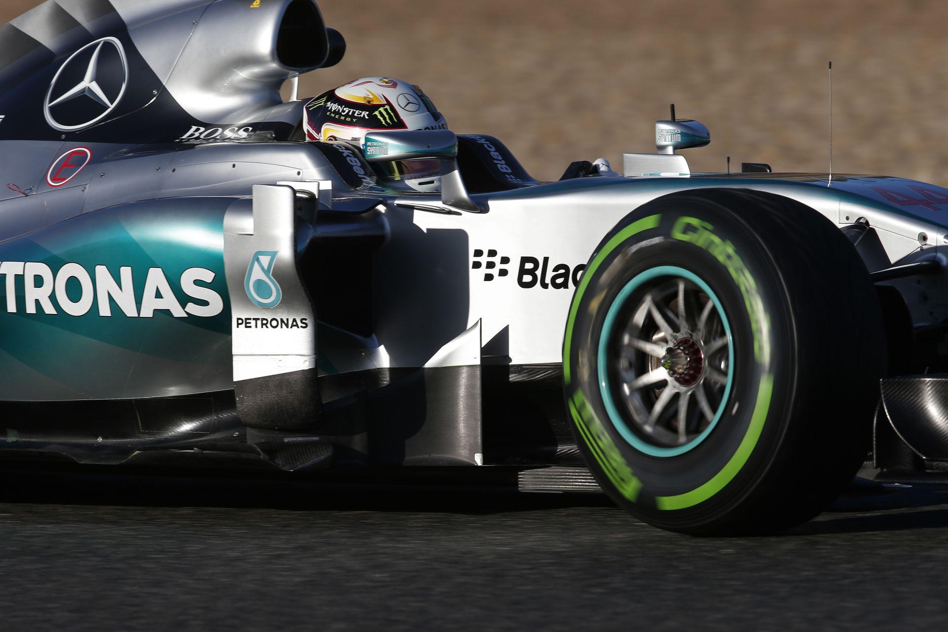 """A Mercedes """"kiautózta magát a világból"""" az F1-es teszten"""