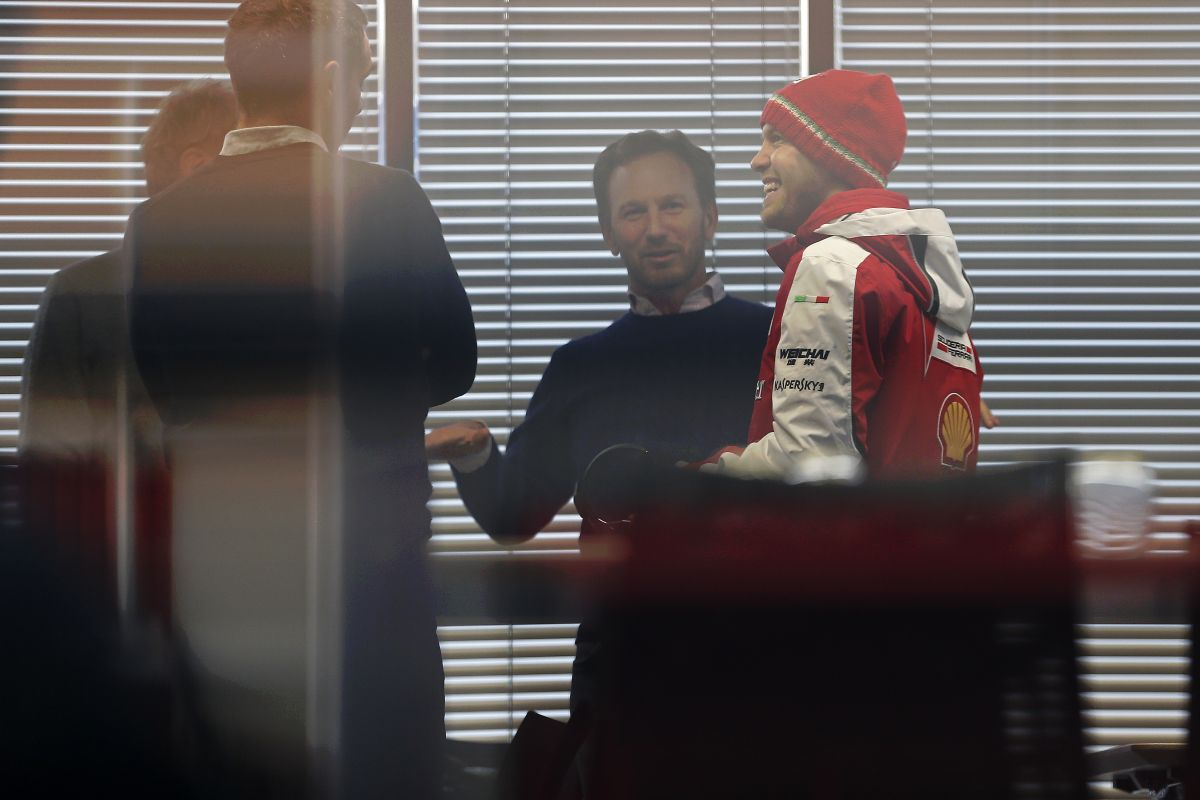 Mókás pirosban látni Vettelt: az új cégautóról beszéltek a Red Bullnál