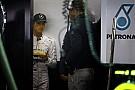 Jó fegyver a W05: rosszabb napon második helyre futja vele Rosbergnek