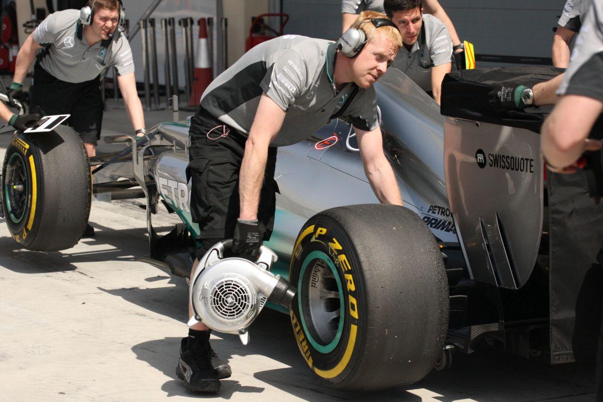 Zajlik az élet a boxutcában: dolgoznak Grosjean, HULK, és Rosberg autóján (videó)
