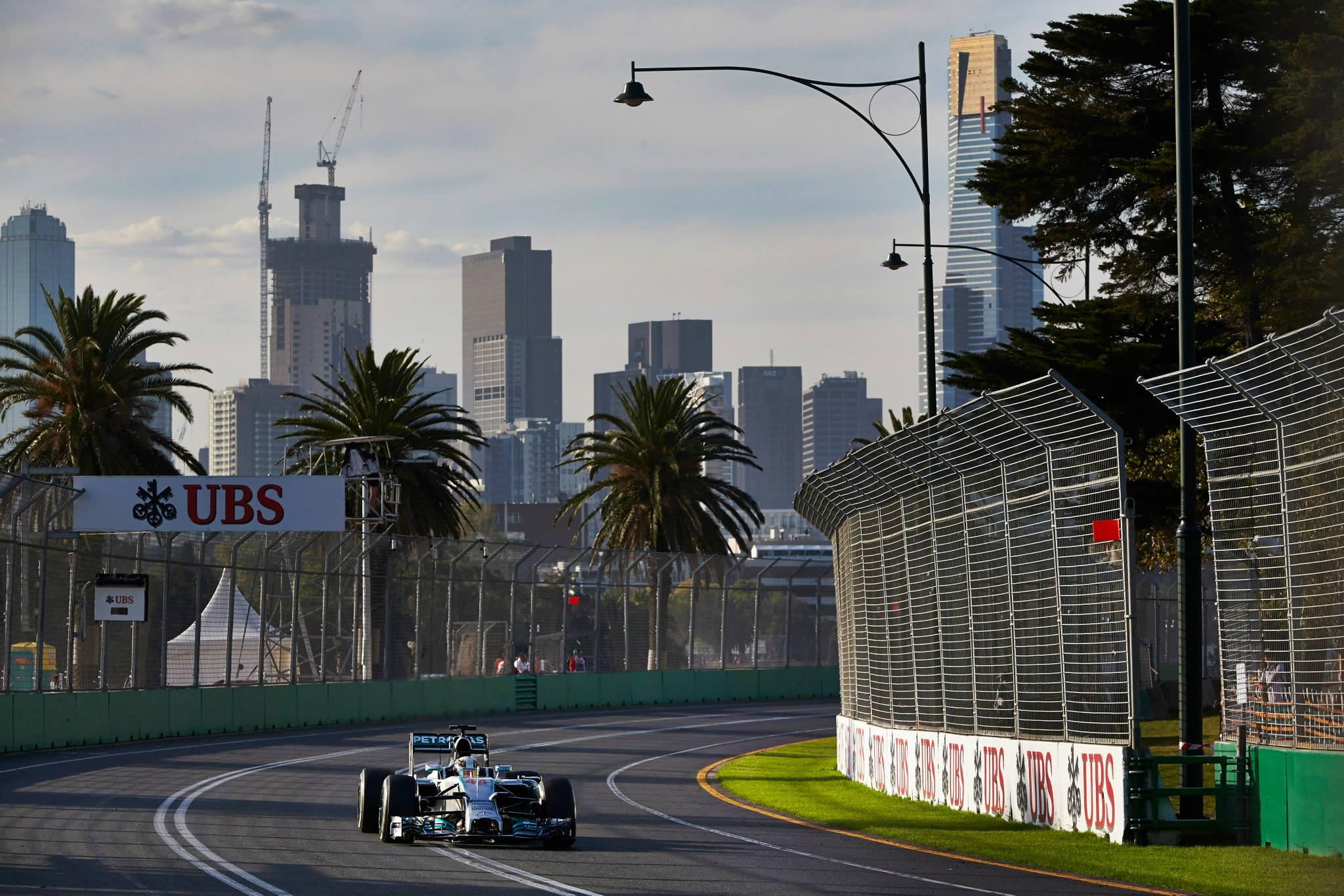 Hamiltonnak eddig minden remekül alakult, Rosbergnek 2 másodperc kellett volna