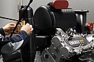 Kamerát szereltek Vettelre, aki fel is matricázta a Renault új F1-es turbómotorját