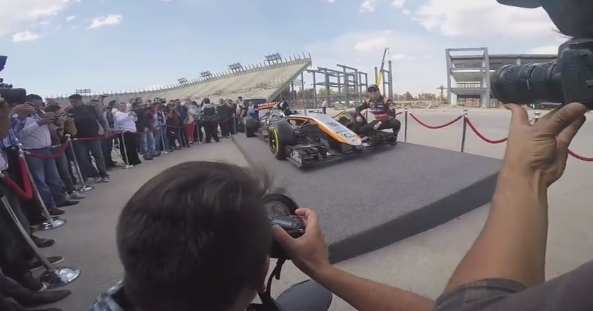 Sergio Pérez az új Force India festése mellett pózolt az épülőben lévő mexikói versenypályán