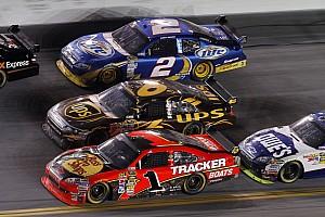 NASCAR BRÉKING NASCAR: a bokszutcában lökte ki