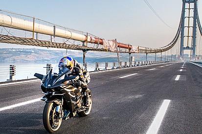 Video: volando en moto hasta el récord de 400 km/h