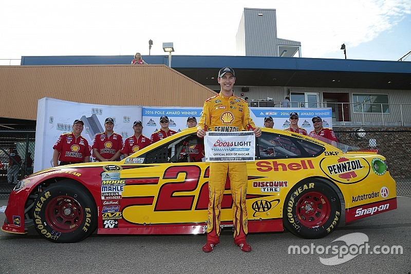 Logano venció a Johnson por la pole en Michigan