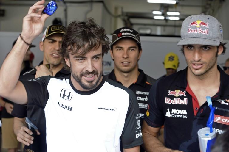 Alonso és Sainz félmeztelen mini golfoztak Bakuban