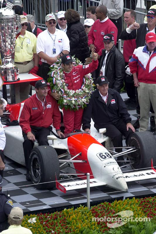 Helio Castroneves célèbre la victoire avec Roger Penske