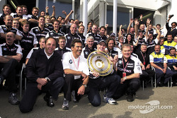 Gerhard Berger, Mario Theissen, Ralf Schumacher, Patrick Head y el equipo BMW-Williams celebrando su
