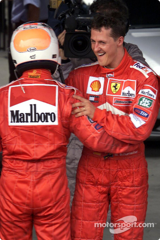 Rubens Barrichello y Michael Schumacher después de la carrera