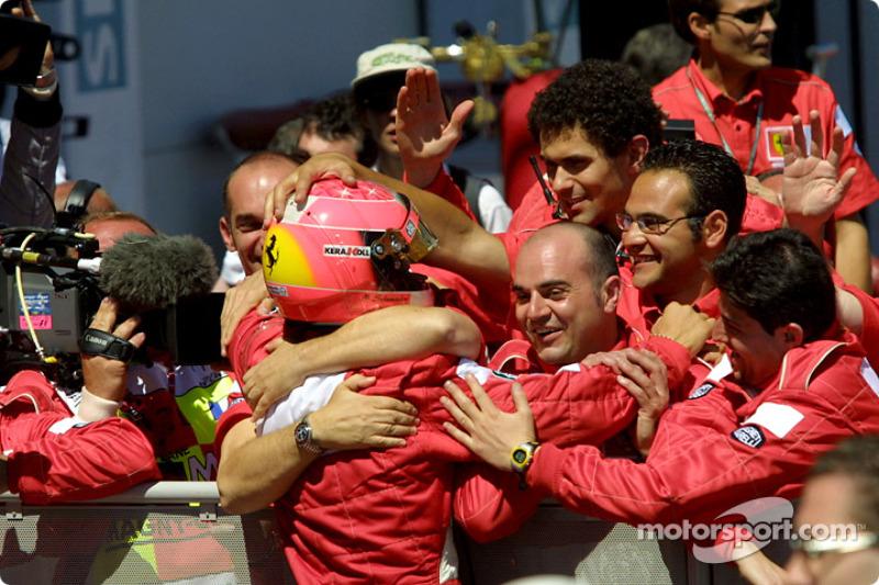 Michael Schumacher celebrando con su equipo