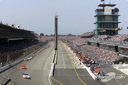 El ganador de la pole, Jimmy Spencer lidera al grupo frente a las abarrotadas gradas en Indianápolis