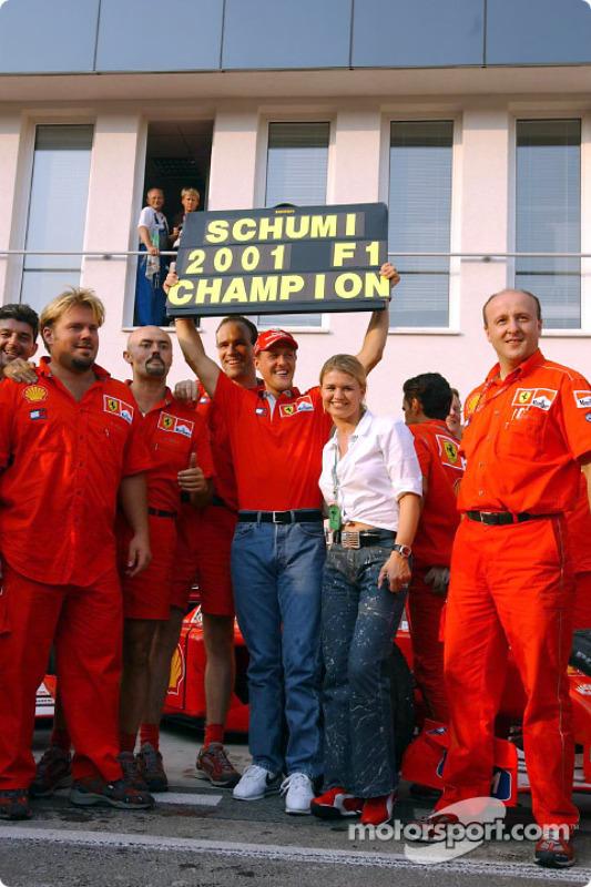 Michael Schumacher mit seiner Frau Corinna und dem Ferrari-Team