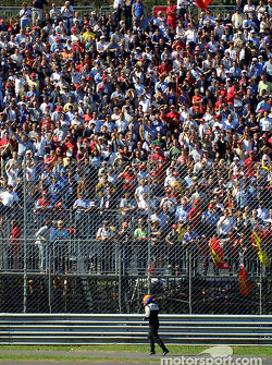 Fernando Alonso te voet in de eerste bocht.