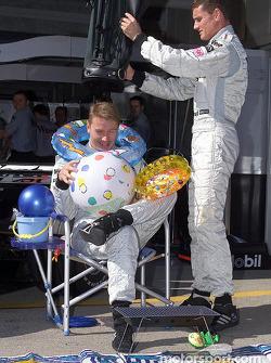 David Coulthard offre des cadeaux à Mika Häkkinen