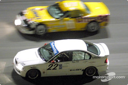 David Chenoweth, Jerry Spangler, et Ray Mason (#22 BMW 328) sur le banking de Daytona / #11 Corvette : Doug Goad et Devon Powell