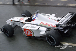 Olivier Panis en el BAR Honda 004 para una carrera de muestra alrededor de la fábrica en Brackley