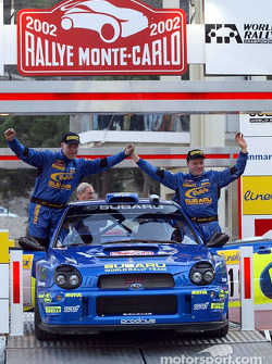 El piloto de Subaru Tommi Makinen y su copiloto Kaj Lindstrom