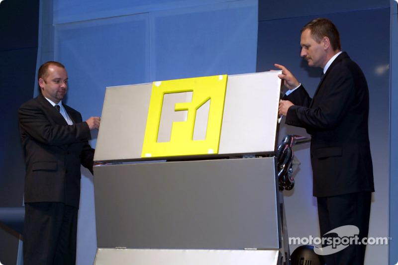 Mike Gascoyne et Jean-Jacques His présentent le moteur V10 RS22