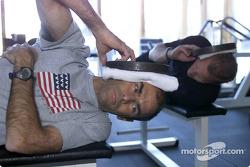 Mantengan la cabeza en alto: Emanuele Pirro (al frente) y Johnny Herbert trabajando con pesas; en un entrenamiento específico para pilotos el enfoque estaba en fortalecer los músculos de los hombros y el cuello