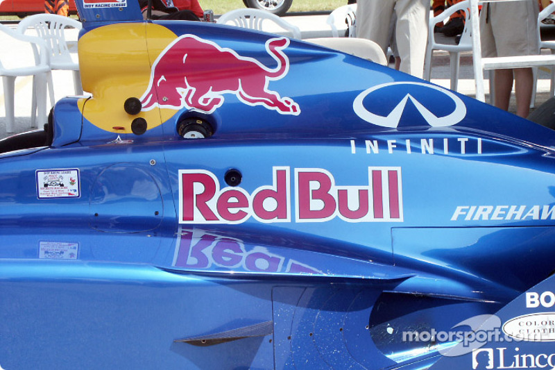 Voiture Red Bull dans le paddock