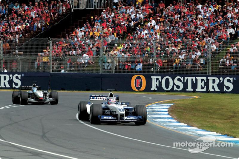 Juan Pablo Montoya mène devant Kimi Räikkönen