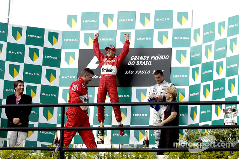 El podio: el ganador de la carrera, Michael Schumacher y David Coulthard