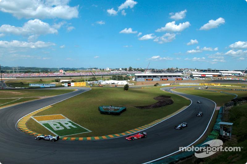 Vuelta de calentamiento: Juan Pablo Montoya delaante de Michael Schumacher