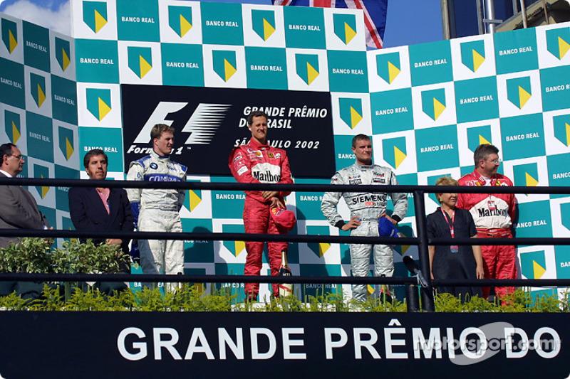 El podio: el ganador de la carrera, Michael Schumacher con Ralf Schumacher, David Coulthard y Ross B