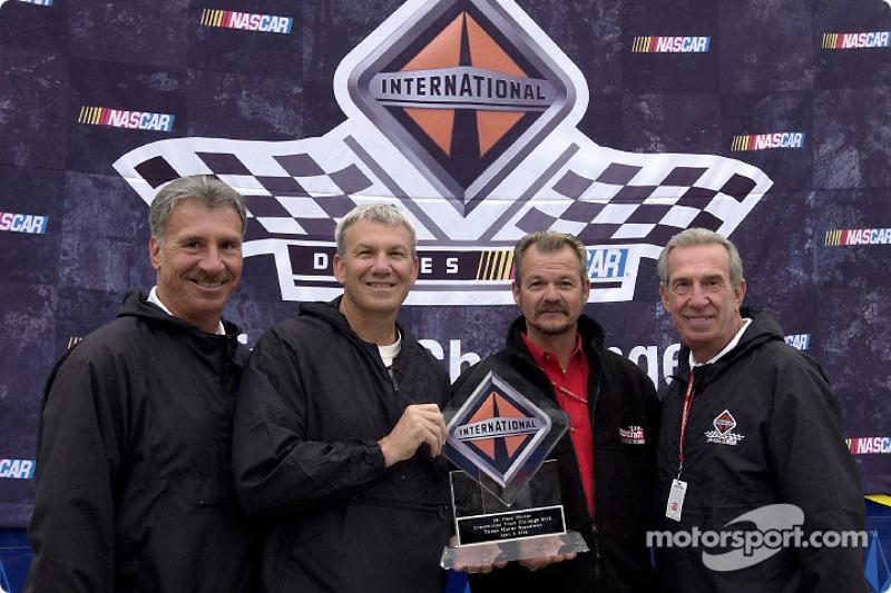 Dale Jarrett presenta al piloto de camión de Motorcraft, Barry Sheppard con su trofeo por ganar el p