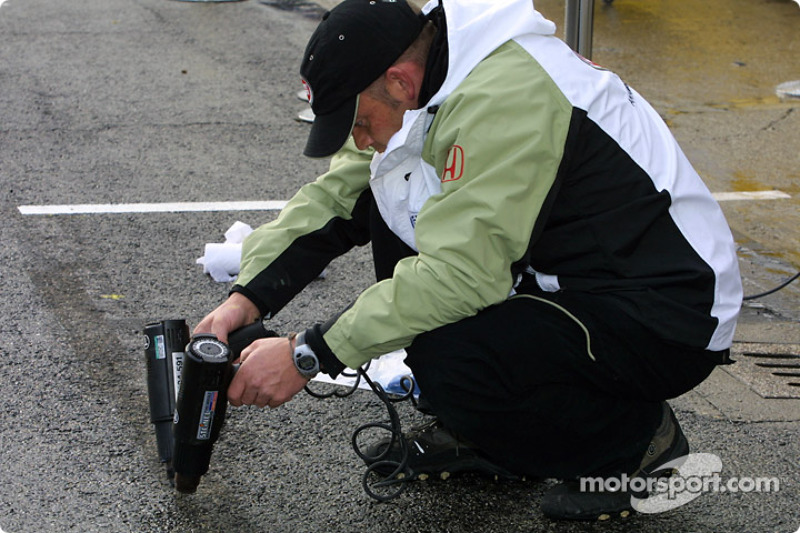 BAR crew member drying up the pitlane
