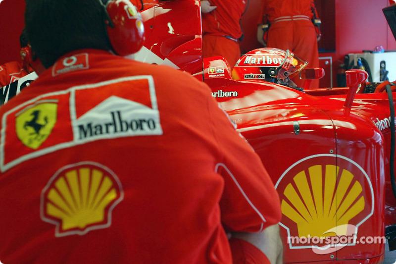 Michael Schumacher dejando la parrilla